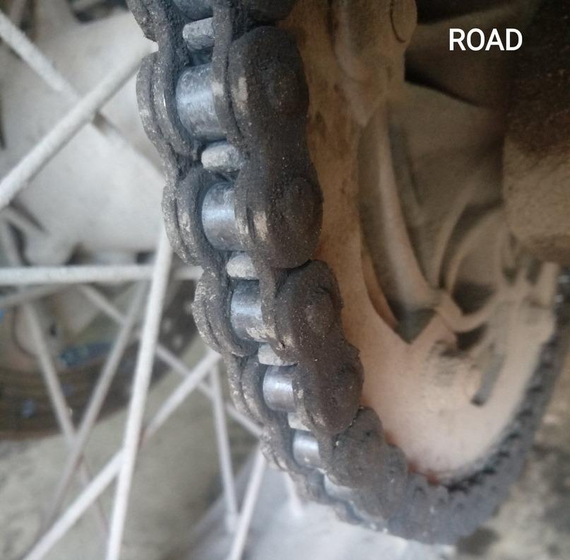 Грязь на цепи дорожного мотоцикла